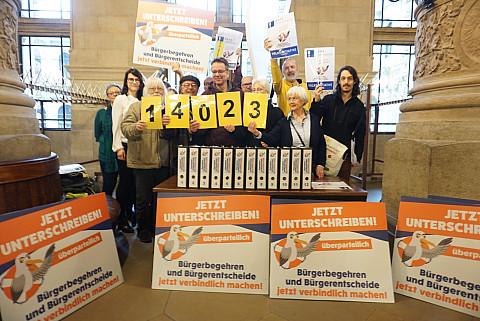 Übergabe der 14023 Unterschriften im Rathaus